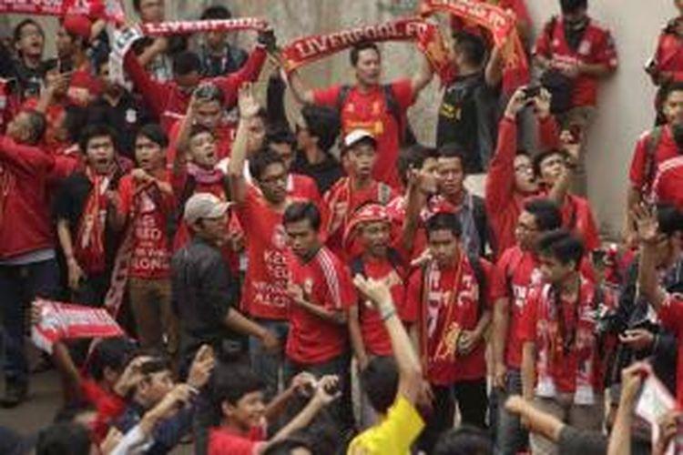 Para suporter menunggu kedatangan para pemain Liverpool di Bandara Udara Halim Perdanakusuma, Jakarta, Rabu (17/7/2013). Liverpool akan menjalani laga persahabatan dengan tim Indonesia di Stadion Utama Gelora Bung Karno, pada Sabtu, 20 Juli 2013.