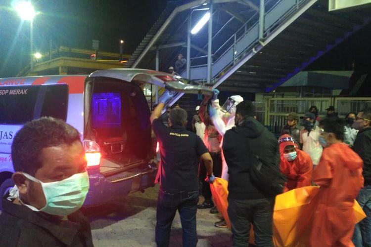 Proses evakuasi kedua jasad tewas di dalam mobil saat berlayar