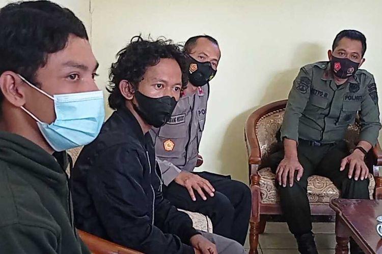 Rizki dan Ridho pendaki dari Yogyakarta meminta maaf ke Pemangku KPH Lawu DS di Kecamatan Plaosan. Keduanya nekat mendaku puncak GUnung Lawu dari jalur Kecamatan Jogorogo Kabupaten Ngawi saat pintu pendakian ditutup karena pemberlakuan PPKM Level 4.