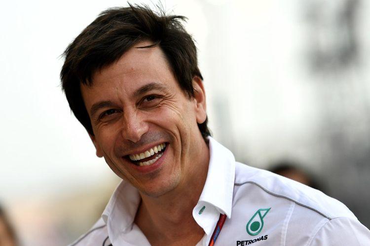 Executive Director Mercedes AMG Petronas Formula 1, Toto Wolff, tersenyum saat berada di paddock Sirkuit Internasional Bahrain, Sakhir, pada hari balapan GP Bahrain, Minggu (16/4/2017).