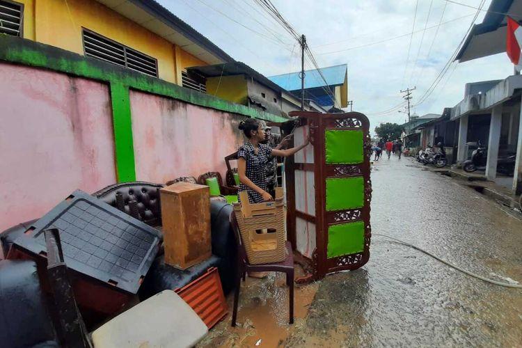 Warga di kawasan Batu Merah Dalam, Kecamatan Sirimau, Kota AMbon, Minggu (4/10/2020)  membersihkan perabot dan barang-barang mereka pasca  banjir yang merendam kawasan itu Sabtu malam (3/10/2020).