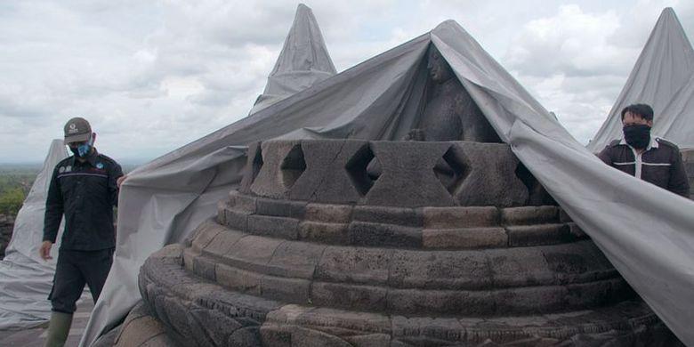 Stupa-stupa di Borobudur diberikan selubung agara terlindung dari abu vulkanis Gunung Merapi.