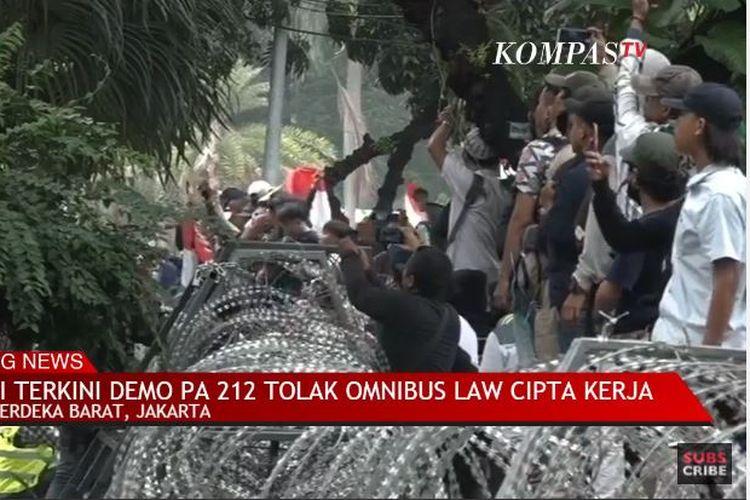 Demo di Jalan Medan Merdeka mulai ricuh. Massa dari kelompok remaja yang datang tanpa atribut identitas kelompok tiba-tiba melempar botol di tengah massa.