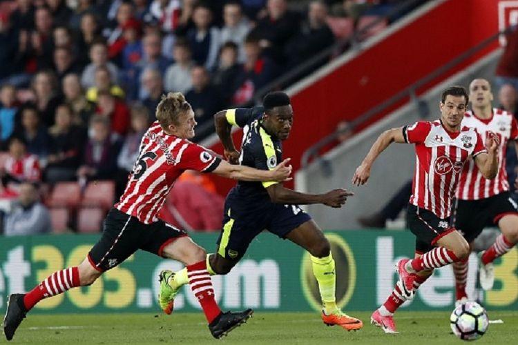 Pemain Southampton, James Ward-Prowse, mencoba menahan laju striker Arsenal, Danny Welbeck, pada pertandingan Premier League di Stadion St Marys Stadium Rabu (10/5/2017).