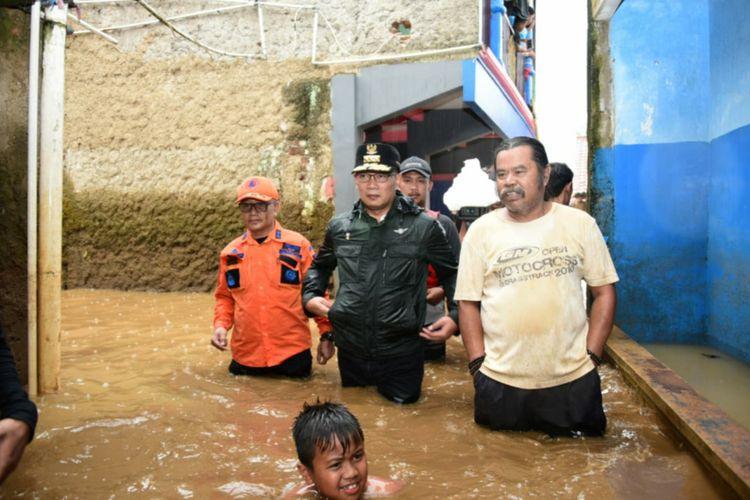 Gubernur Jawa Barat Ridwan Kamil saat meninjau banjir di Kecamatan Baleendah, Kabupaten Bandung, Selasa (28/1/2020).