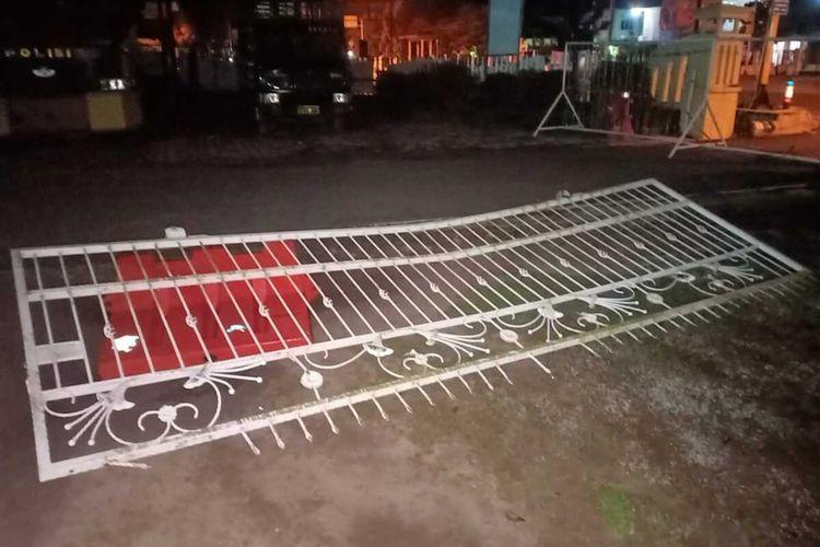 Kondisi pagar Mapolrs OKI yang ditabrak pengemudi mobil ketika petugas sedang melakukan piket penjagaan, Minggu dini hari (28/6/2020).