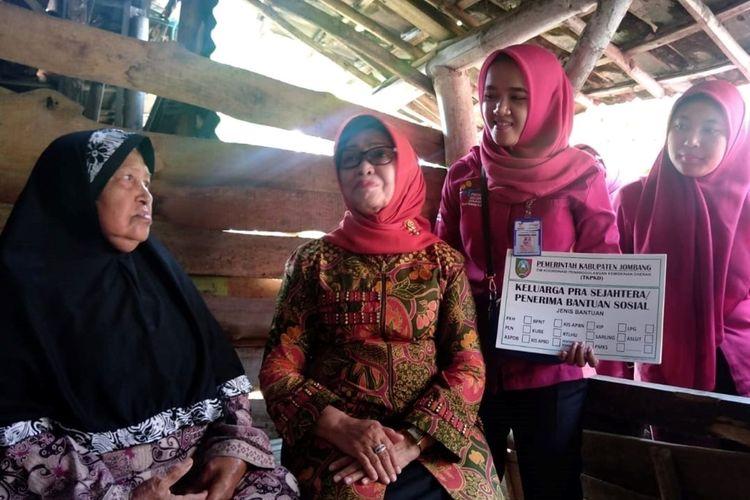 Bupati Jombang Jawa Timur, Mundjidah Wahab (dua dari kiri), menemui salah satu KPM PKH, dalam rangkaian acara pencanangan pemasangan label keluarga pra sejahtera atau penerima bantuan sosial, di Desa Ringin Pitu, Kecamatan Mojowarno, Sabtu (9/11/2019).