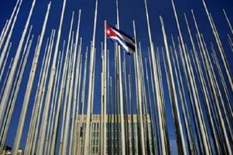 Bendera Kuba berkibar untuk pertama kalinya dalam 54 tahun terakhir di luar gedung Kedubes Kuba di Amerika setelah kedua negara resmi menormalisasi hubungan diplomatik