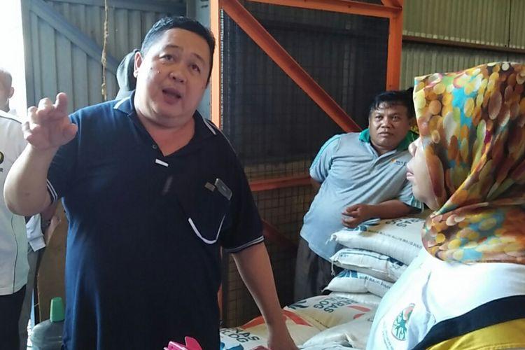 Kepala Bulog Subdivre Pangkalan Bun, Rusli Pisol (kiri) saat menjelaskan kondisi beras yang ia kelola di Gudang Bulog Pangkalan Bun, Jumat (13/10/2017).