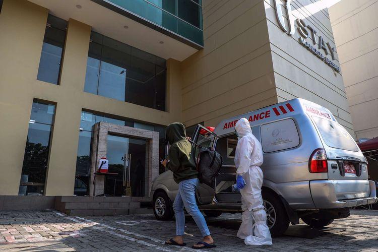Pasien Covid-19 berstatus Orang Tanpa Gejala (OTG) tiba di U Stay hotel di Mangga Besar, Jakarta Pusat, Selasa (29/9/2020). Ketua Perhimpunan Hotel dan Restoran Indonesia (PHRI) DKI Jakarta, Krisnadi mengatakan sebanyak 4.116 kamar dari 30 hotel di Jakarta siap untuk menampung pasien COVID-19 dengan kategori OTG.