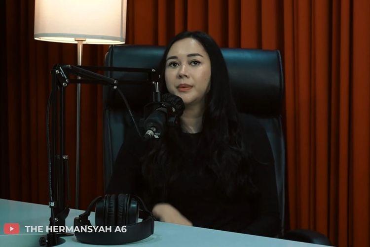 Aura Kasih berbincang dengan Ashanty.