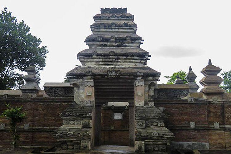 Gerbang menuju makam Raja Mataram di Kompleks Masjid Gedhe Mataram, Kotagede