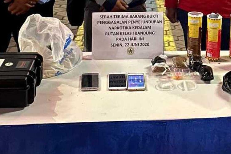 tampak petugas Rutan Klas I bandung tengah memperlihatkan barang bukti paket narkotika yang diselundupkan dalam kemasan makanan dan deodoran yang berhasil digagalkan.