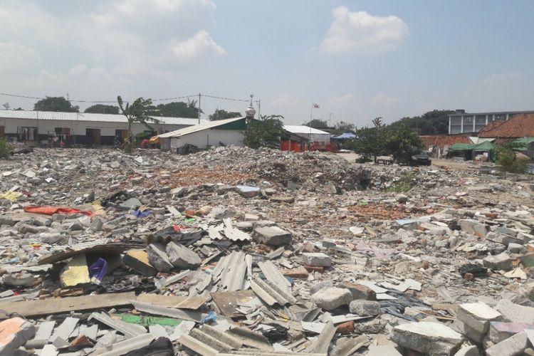Puing sisa bangunan masih berserakan di lahan bekas Kampung Akuarium, Jakarta Utara, Rabu (11/4/2018).