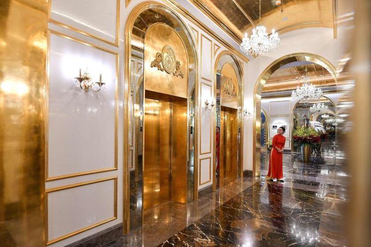 Lift didesain dengan lapisan emas 24 karat.