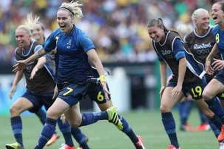 Selebrasi gelandang tim nasional Swedia, Lisa Dahlkvist (7), bersama rekan-rekannya usai memastikan diri lolos ke partai final Olimpade 2016 cabang sepak bola putri dari adangan Brasil melalui drama adu penalti Stadion Maracana, Rio de Janeiro, Brasil, pada 16 Agustus 2016.