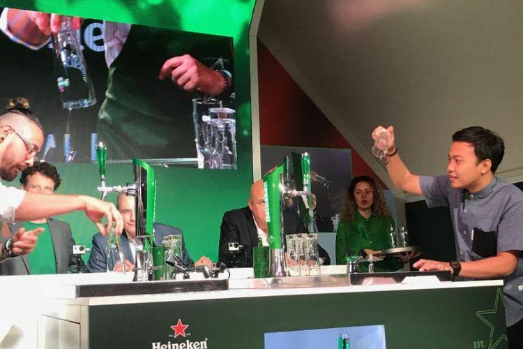 Bartender dari Indonesia, M.Fauzi Rahman (kanan) dalam kompetisi final Heineken Global Bartender Competition 2018 di Amsterdam.