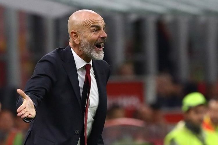 Pelatih AC Milan, Stefano Pioli mendampingi anak asuhnya dari pinggir lapangan.
