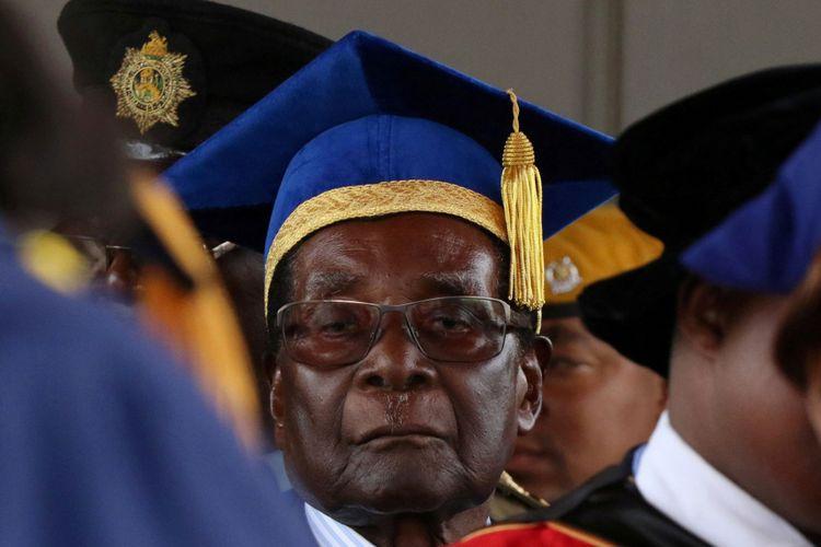 Presiden Zimbabwe Robert Mugabe menghadiri upacara kelulusan universitas di Harare, Zimbabwe, Jumat (17/11/2017).