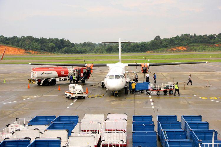 Ilustrasi pesawat mengisi avtur di bandara.