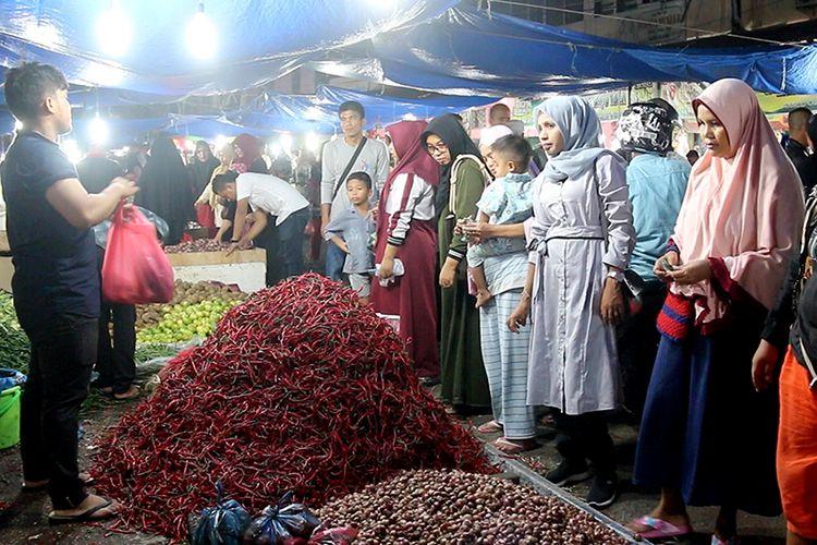 suasa pembeli cabai di Pasar Peunayong, Kota Badan Aceh, Jumat (31/05/2019) malam.