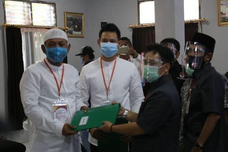 Pasangan calon Wali Kota dan Wakil Wali Kota Cilegon dari jalur perseorangan Ali Mujahidin-Firman Mutakin daftar ke KPU
