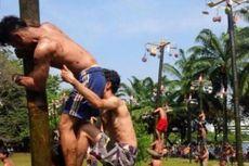 Pesta Rakyat di DPR Pilih Panjat Bambu Betung Ketimbang Pinang, Kenapa?