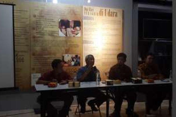 Ketua PP Muhammadiyah Busyro Muqoddas (dua dari kiri) dalam diskusi tentang Pilkada di Omah Munir, Kota Batu, Jawa Timur, Selasa (22/11/2016)