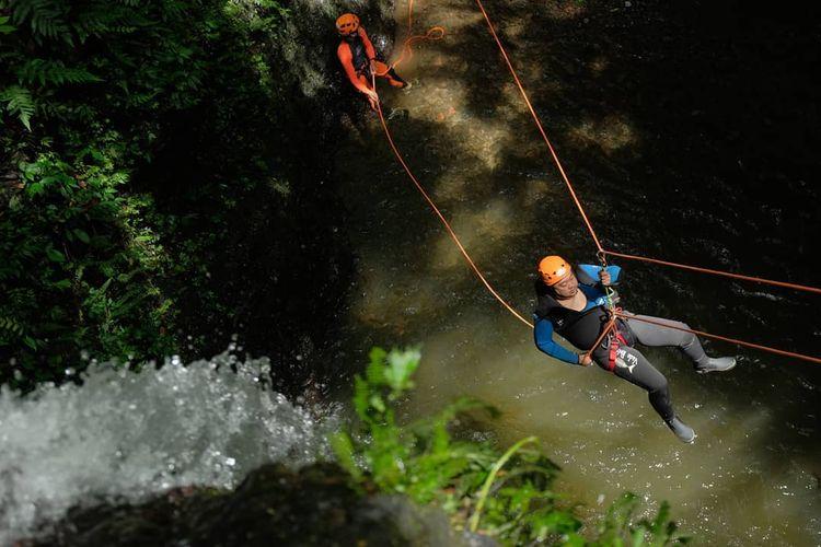Kegiatan wisata petualangan bernama canyoning yang dilakukan oleh operator canyoning di Bali bernama Canyoning Bali.