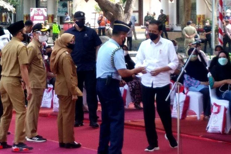 Presiden Jokowi sebelum memberikan sambutan pada kegiatan vaksinasi massal di area parkir PIPP, Kota Blitar, Selasa (7/9/2021)