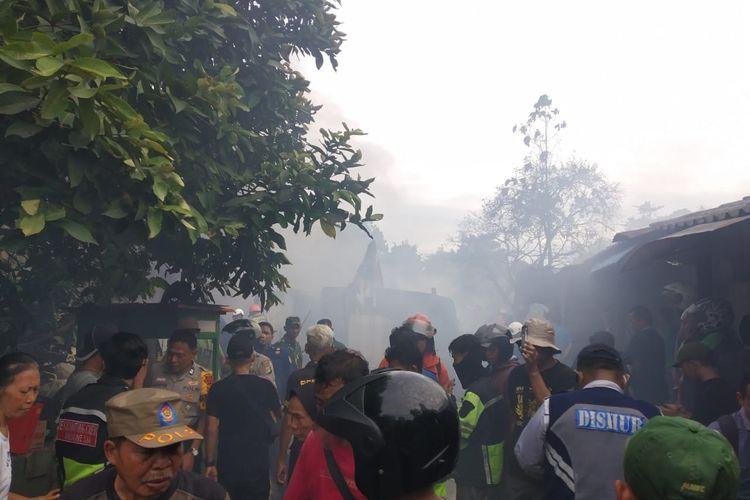 Asap tebal menyelimuti perumahan warga di Jalan Kemuning, Pancoran Mas, Depok, Jawa Barat imbas kebakaran lapak barang bekas pada Senin (9/3/2020) siang.
