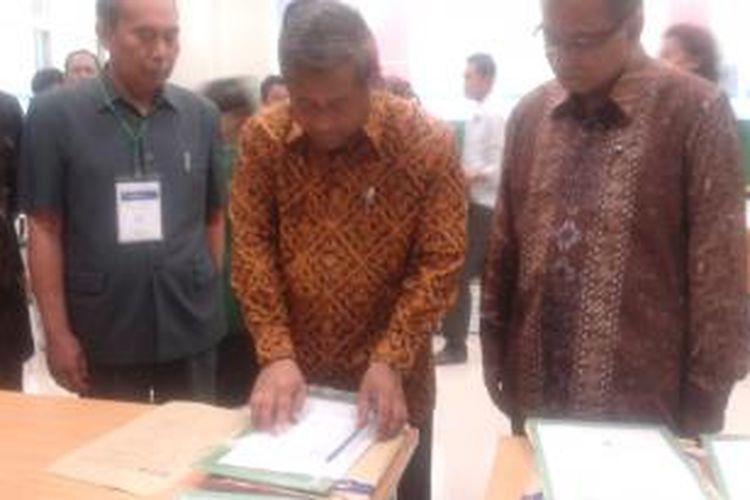 Menteri Pendidikan dan Kebudayaan M Nuh, meninjau soal ujian Seleksi Masuk Bersama Perguruan Tinggi Negeri (SBMPTN), di Universitas Negeri Jakarta, Selasa (17/6/2014).