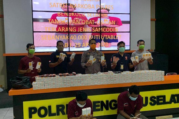 Polres Bengkulu Selatan lakukan razia penyalahgunaan obat batuk merek samcodin yang sering digunakan remaja setempat untuk mabuk-mabukan