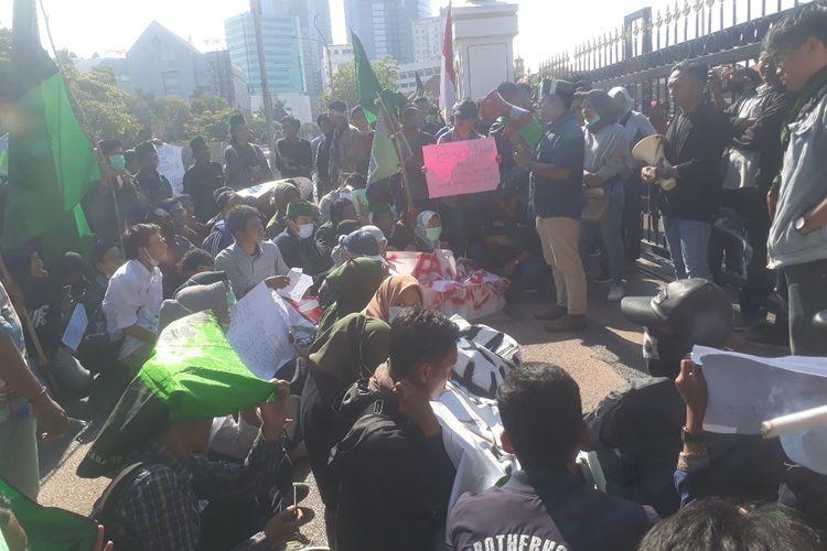 Aksi mahasiswa blokir pintu masuk Gedung Negara Grahadi Surabaya, Selasa (14/9/2019)