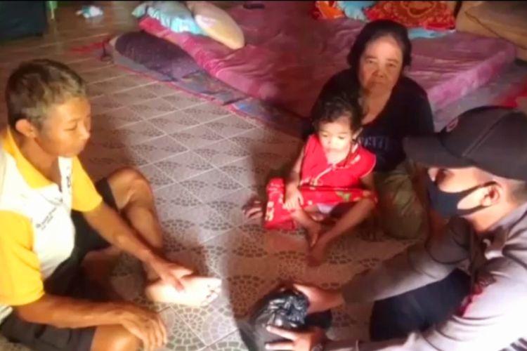 Tangkapan layar video Bripda Lorensius memberikan sembako dari hasil gaji pertamanya sebagai anggota Polri kepada masyarakat terdampak pandemi Covid-19 di Kecamatan Entikong, Kabupaten Sanggau, Kalimantan Barat, Selasa (19/5/2020).