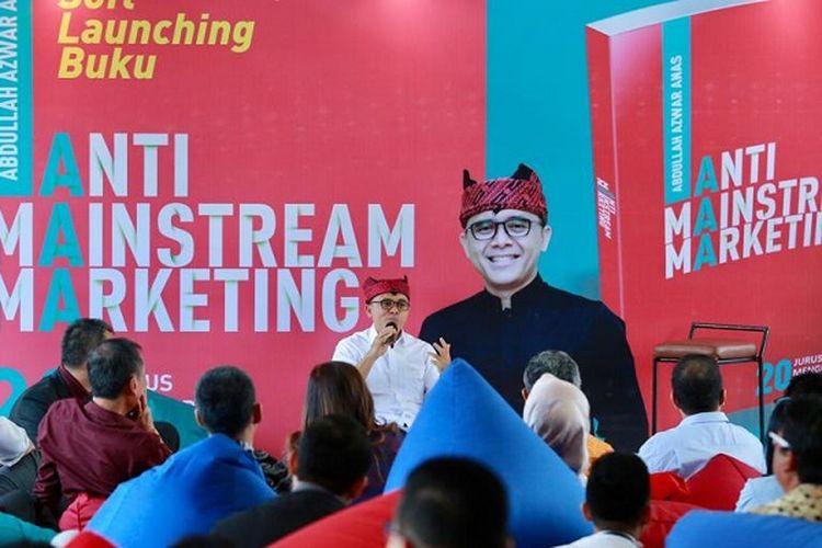 Bupati Banyuwangi Abdullah Azwar Anas yang meluncurkan buku berjudul Anti-Mainstream Marketing: 20 Jurus Mengubah Banyuwangi di Gramedia Expo, Surabaya, Senin (14/10/2019).