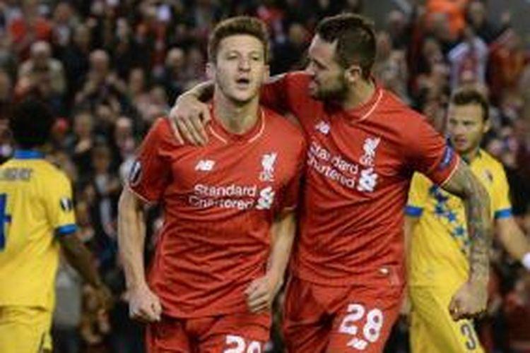 Gelandang Liverpool, Adam Lallana (kiri), merayakan golnya ke gawang Sion pada lanjutan Liga Europa di Stadion Anfield, Kamis (1/10/2015).