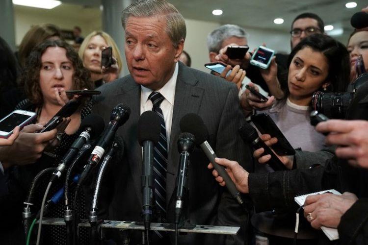 Senator Amerika Serikat Lindsey Graham berbicara kepada media usia pertemuan tertutup dengan Direktur Badan Intelijen Pusat (CIA) Gina Haspel kepada anggota Komite Hubungan Luar Negeri Senat dan Komite Angkatan Bersenjata Senat pada Selasa (4/12/2018) di Capitol Hill di Washington DC. (AFP/Alex Wong)