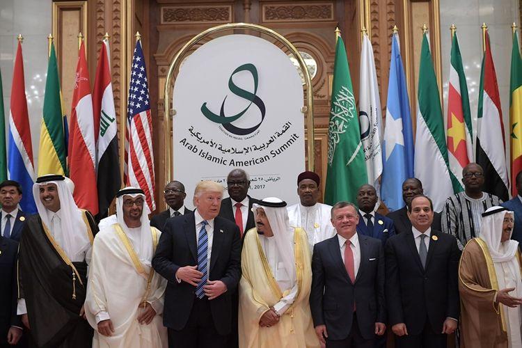 Raja Arab Saudi Salman bin Abdulaziz berfoto bersama Presiden AS Donald Trump dan puluhan pemimpin negara-negara Muslim antara lain Raja Jordania Abdullah dan Presiden Mesir Abdul Fattah al-Sisi.