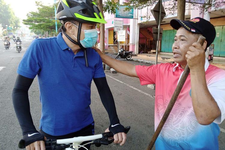 Wali Kota Salatiga Yuliyanto saat berdiskusi dengan Taryono, teman sekolahnya yang jadi penyapu jalan.