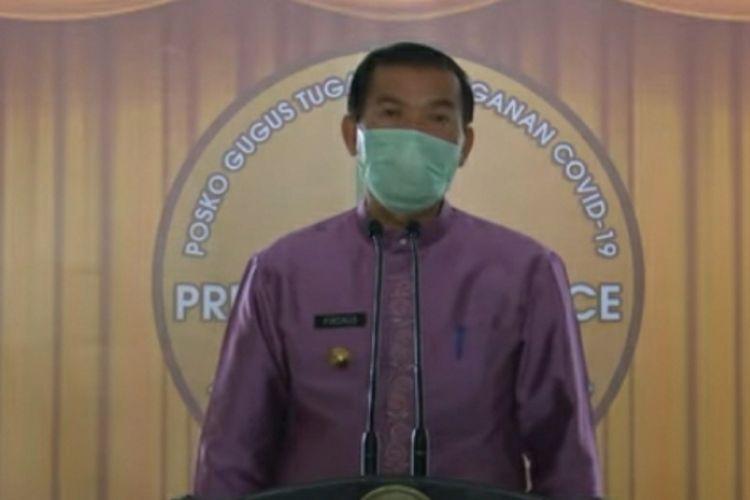 Wali Kota Pekanbaru Firdaus saat mengadakan konferensi pers terkait penerapan PSBB untuk mencegah penyebaran Covid-19 di Pekanbaru, Riau, Sabtu (11/4/2020).