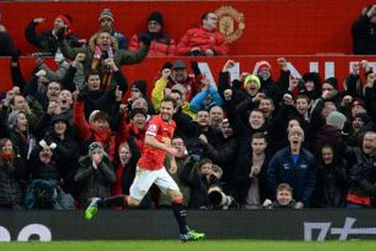 Gelandang Manchester United, Juan Mata, merayakan golnya seusai mencetak gol ke gawang Liverpool, pada pertandingan lanjutan Premier League, di Stadion Old Trafford, Minggu (14/12/2014).