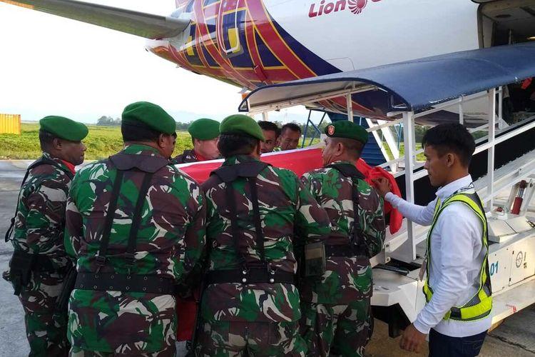 Jenazah Serka (Anumerta) La Ongge ketika akan dinaikan ke pasawat untuk diberangkatkan ke kampung halamannya di Bau-bau, Sulawesi Tenggara, Selasa (10/3/2020)