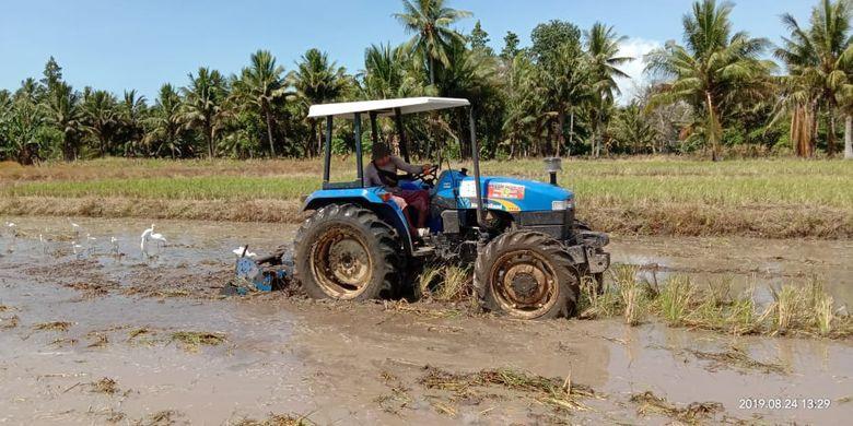 Salah satu alat mesin pertanian (Alsintan) traktor kini dapat disewa di UPJA, brigade Alsintan, hingga KUB.