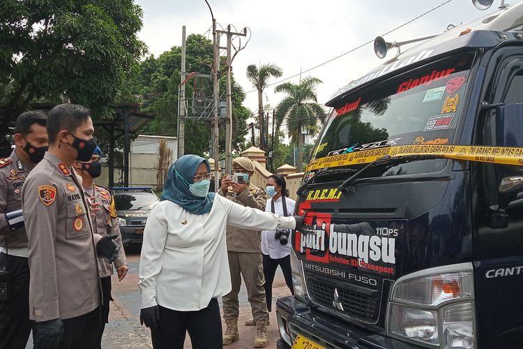 Satuan Lalu Lintas Polres Bogor, mengamankan delapan travel gelap yang membawapenumpang untuk mudik di wilayah perlintasan Kabupaten Bogor, Jawa Barat, Rabu (5/5/2021).