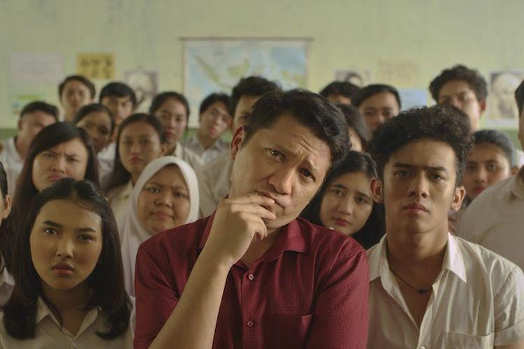 Gading Marten berperan sebagai seorang guru bernama Taat Pribadi dalam film Guru-Guru Gokil.