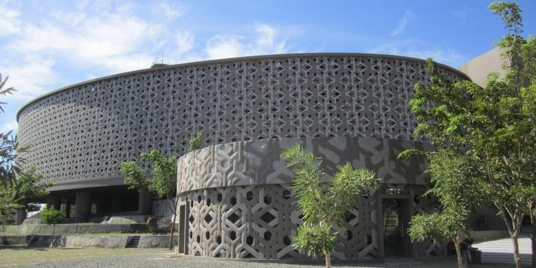 Fasad yang dilapisi relief geometris.