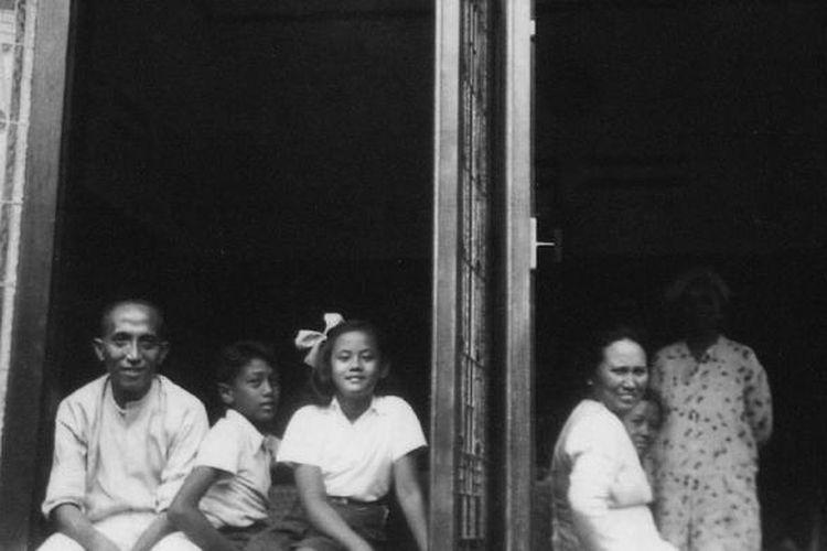 Achmad Mochtar (kiri) beserta keluarganya di kediamannya di Jalan Raden Saleh, Cikini, Jakarta Pusat. Dipotret pada tahun 1940.