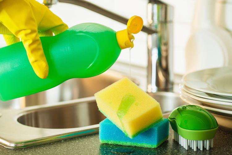 Cara membersihkan casing HP karet dan silikon bisa menggunakan sabun cuci piring