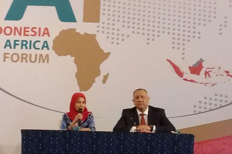CEO Standard Chartered Bank Indonesia Rino Donosepoetro dan CEO Indonesia Eximbank Sinthya Roesli memaparka kerja sama fasilitas ekspor untuk eksportir Indonesia ke Afrika, dalam acara Indonesia Africa Forum 2018 di Nusa Dua, Bali, Selasa (10/4/2018)